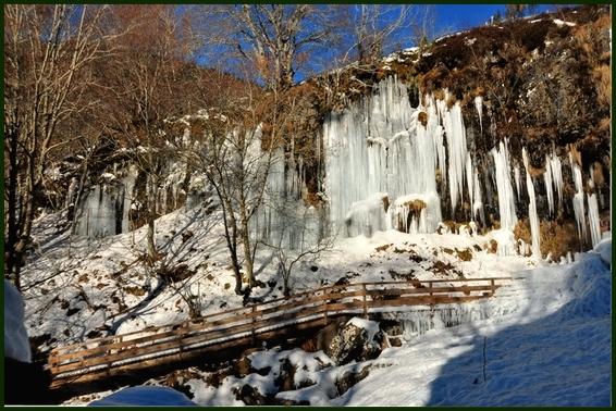 cascade sous la glace