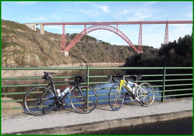 vélos devant le viaduc de Garabit